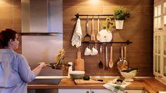 Neke stvari nakon svakodnevnog kuhanja traže svoje mjesto u prostoru na kojem mogu pričekati sljedeću uporabu, a opet ti biti nadohvat ruke. Upravo zato bitno je dobro organizirati njihovo odlaganje. Na FINTORP šipci ima mjesta za sve, od lonaca do posudica za grickalice u hodu. :)  www.IKEA.hr/FINTORP_serija