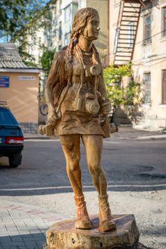 Durante os últimos seis anos, a cidade  ucraniana de Simferopol, foi transformada em uma galeria de arte urbana por um artista misterioso que esculpe estátuas de madeira de troncos de árvores mortas. Existem hoje dezenas destas incríveis obras de arte disseminadas por toda a cidade da Criméia.