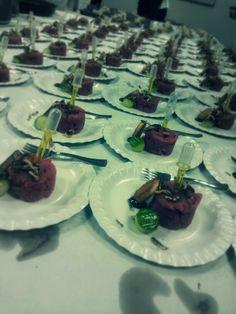 Steak tartaar pet pipetje gevuld met knoflookolie
