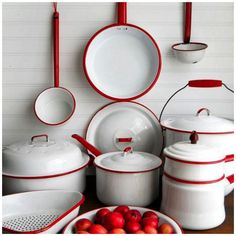 Vintage Collection of Red and White Enamelware. still have many of my Mom's & Granny's pieces ! Such sweet memories on the farm and later years❤️! Carried over to my vintage kitchen & country home ! Shabby Vintage, Vintage Decor, Retro Vintage, Shabby Chic, Vintage Style, Vintage Enamelware, Red And White Kitchen, Vibeke Design, Regal Design