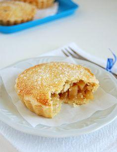 Apple and cinnamon mini pies / Mini tortinhas de maçã e canela by Patricia Scarpin, via Flickr