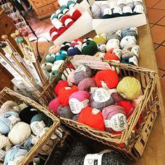 Ça c'est Coton ! 🌱c'est le bon timing pour reprendre le coton. . . XL pour les accessoires, pailleté parce qu'il est bien d'être un peu glam, naturel on est toujours dans la tendance. A vos aiguilles 🥢#coton #nature #tricot #tricotaddict #knitting #instaknit #cotton #accessories #dmc #fonty #decoration 🌿#lamercerieparisienne