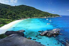 Similan Adaları   Andaman Denizi'nin camgöbeği kıyılarının sakladığı bir hazine Similan Adaları… Tayland sınırları içerisinde yer alan takımada grubu yağmur ormanları ve renkli su altı yaşamı ile korunması gereken milli park statüsünde bulunuyor. İster vahşi yaşamın çıplak gözle izlenebileceği ormanlarına, ister eşsiz su altı dünyasına konuk olun, macera dolu bir deneyim sizi bekliyor.