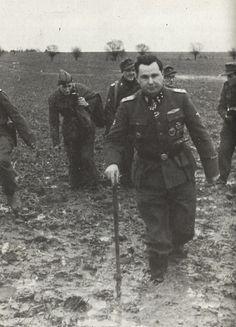 """1945, Allemagne, Poméranie, Le """"SS-Obersturmbannführer"""" Léon Degrelle dans la boue avec ses hommes"""