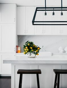 Dinnigan applied her usual attention to luxury details choosing Carrara marble for benchtops and splashbacks in the kitchen and bathroom, recycled wooden floors, state-of-the-art Miele appliances in the kitchen and laundry and plenty of storage space. Home Interior, Interior Design Kitchen, Black Kitchens, Home Kitchens, Small Kitchens, Home Design, Layout Design, Design Ideas, Hamptons Kitchen