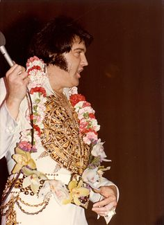 May 29 1977 Civic Center, Baltimore, Maryland pm. The crowd was wore the Mexican sundial suit with Original belt. Elvis left the show in the middle of his performance. Elvis Presley 1977, Elvis Presley Concerts, Elvis Presley Images, Elvis In Concert, Rare Elvis Photos, You're Hot, King Of Music, Moody Blues, In Hollywood