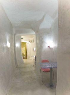 pavimento in cemento bianco lucidato, pareti in calce lucida su intonaco strutturale in rete
