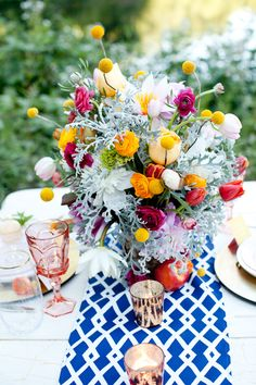bright floral arrangement. Lee Farms Venue, Tualatin Oregon.  Teagan Lee Milera Floral Design & Murray Photography