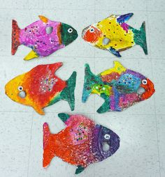 Rainbow Fish- great for the first day of fishing season Art Activities For Toddlers, Art For Kids, 4 Kids, Ocean Crafts, Rainbow Fish, School Art Projects, Z Arts, Creative Artwork, Ocean Themes