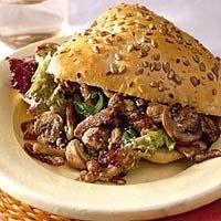 Broodje met romige vleesreepjes: 4 broodjes - 250 g champignons - 300 g varkensreepjes - ½ eetlepel Provençaalse kruiden - 200 ml crème fraîche -  2 theelepels honing - 4 handjes sla