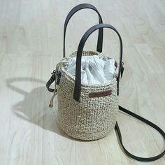 일서에 있는 바스켓백 따라 떴어요. 생각보다 사이즈가 작네요. 원형이라서 그런지 장지갑도 들어가고 이것... Diy Straw, Straw Bag, Cute Crochet, Crochet Yarn, Shopping Bag Design, Easy Easter Crafts, Yarn Bag, Macrame Bag, Basket Bag