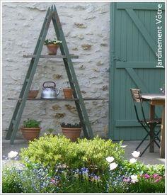 In my garden: a ladder as a shelf © Jardinement Vôtre