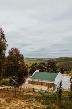 Blue Crane Farm Lodge is teen die hange van die Houwhoekberge, langs die pragtige Van Der Stel-pas en net 6,4 km van Botrivier af. Verblyf word in 4 moderne selfsorgkothuise wat elkeen slaapplek vir 4 gaste het aangebied. Die kothuise het elk 2 slaapkamers, 1 badkamer en 'n oopplan-kombuis en -leefarea. Elke leefarea bied toegang tot die stoep met stoepmeubels, 'n houtvuur-warmbad en braaigeriewe. Vars brood en plaasmelk word soggens deur 'n dienluik langs die kombuisdeur bedien. Crane, Cabin, House Styles, Blue, Home Decor, Decoration Home, Room Decor, Cabins, Cottage