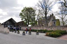 Rosslyn Şapeli'nden bir görünüm. Şapel, Edinburgh'un çok yakınında bulunuyor. Gotik tarzda yapılmış küçük bir bina olan şapelin asıl önemi içerideki süslemelerde simgelerle anlatılanlar. Bugün bu simgeler hakkında hala çok değişik teoriler ileri sürülüyor. Gömüt bölümünde Hz. İsa'nın başı, gerildiği çarmıhın bir parçası ya da Kutsal Kase olabilecek kutsal emanetlerin bulunduğu, bunların oraya Tapınak Şövalyeleri tarafından getirilmiş olduğu bu iddialar arasında.
