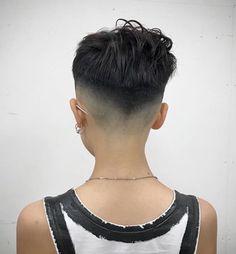 """Photo: Lim Kazuki Je n'imaginais pas, il y a quelques années, que je ferai ce constat un jour. Pourtant il y a, parmi les femmes aux cheveux courts que j'ai rencontrées, bon nombre d'entre elles qui sont véritablement """"addict"""" et qui ne supportent pas..."""