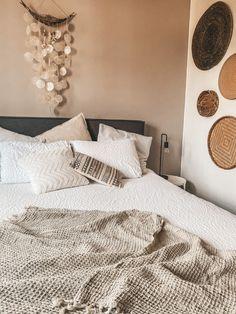 Inspiratie: 6x het gebruik van zachte kleuren in huis - Alles om van je huis je Thuis te maken   HomeDeco.nl Home Bedroom, Master Bedroom, Bedroom Decor, Burnt Orange Bedroom, Luxurious Bedrooms, New Room, Room Inspiration, Sweet Home, New Homes