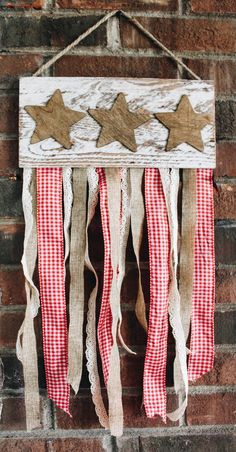 Make a beautiful Americana inspired, rustic, wooden banner using various styles of ribbon, wood stain and a cute little wooden plaque! Americana Crafts, Patriotic Crafts, July Crafts, Summer Crafts, Holiday Crafts, Americana Kitchen, Holiday Ideas, Holiday Decor, Fourth Of July Decor