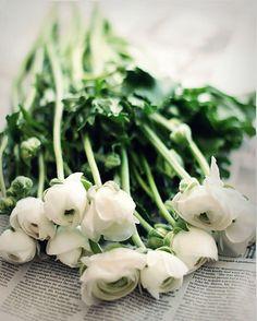 Verse bloemen, bloeiende takken, een mooi gedekte tafel.