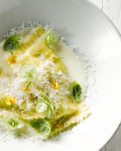 Een prachtig vegetarisch voorgerecht, ideaal voor de feestdagen! Je maakt de ravioli zelf, met een vulling van champignons en geitenkaas en een limoncellosausje