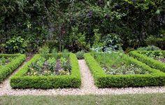 Horta particular da paisagista Barbara Uccello, projetada com a sócia e paisagista Maringá Pilz. No lugar de tijolo, a horta foi delimitada por buxinho podado (Hortas   Garden)
