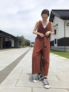 最近気になるブラウンカラーのサロペットを一枚でシンプルに◎ 首まわりもすっきり見せるために髪もまとめ Jumpsuit, Normcore, Urban, How To Wear, Pants, Instagram, Dresses, Style, Fashion
