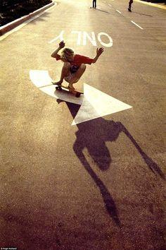 Dans les années 70, le photographe américain Hugh Holland a passé plus de trois ans à documenter le skateboard à travers la Californie, capturant des image