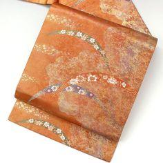落ち着いた朱橙色に、うっすらと金の箔がのった地色に、雲取や道長取りと、色の入った織で露芝柄です。  <シチュエーション> カジュアルなお着物と合わせてお使いいただけます。 小紋や紬、色無地などと合わせて、おしゃれ着としてお楽しみ頂けます。   <風合> 帯芯入りで標準的な厚み感のある柔らかい帯です。  【楽天市場】九寸名古屋帯  朱金 雲取に露芝の織柄 【中古】【仕立て上がりリサイクル帯・リサイクル着物・リサイクルきもの・アンティーク着物・中古着物】:ビスコンティ&きもの忠右衛門