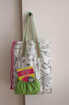 Ik naaide een eenvoudige tas, met wat toeters en bellen (die je ook weg kunt laten). Hieronder een uitleg! Neem een lap stevige stof met ruim de maat die je tas moet worden: voor een tas van 30 cm hoo