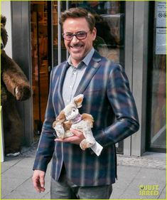 ✌️Robert Downey Jr. flashes a smile for photographers while doing some souvenir shopping on Wednesday (April 20) in Berlin, Germany. ✌️ Crediti: Just Jared Passate dal nostro gruppo : https://www.facebook.com/groups/907125109438778/ Instagram : https://www.instagram.com/robert.downey.jr.italy/ -Stark-