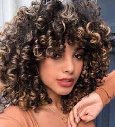 Quer ter os cachos lindos e definidos? Que tal um corte de cabelo para renovar o visual? Vem conferir os cortes que estão na moda. Curly Hair With Bangs, Colored Curly Hair, Curly Hair Cuts, Short Curly Hair, Curly Hair Styles, Natural Hair Styles, Highlights Curly Hair, Dark Hair With Highlights, Long Natural Curls