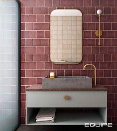 Glöm inte bort färgen när du ska göra om ditt badrum. Genom att välja möbler med detaljer i samma färg och en lugnare grundfärg kan du lyfta fram både möblerna och väggen på ett individuellt sätt.