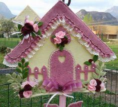 Casetta primavera - luisa valent Fabric Birds, Fabric Scraps, Felt Crafts, Diy And Crafts, Felt House, Quilted Gifts, Felt Birds, Cozy Blankets, Felt Art