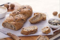 La treccia integrale è un tipo di pane molto bello e leggero realizzato con diversi tipi di farine (manitoba, integrale, di farro) arricchito da noci e semi misti.