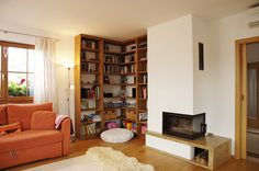 Společný obývací prostor zahřívá rohový krb s žulovou deskou a na dotek teplá a příjemná dubová podlaha. Rohová knihovna byla vyrobena na míru. Shelving, Bookcase, Home Decor, Homemade Home Decor, Shelves, Shelf, Open Shelving, Decoration Home, Book Stands