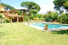 Grossartige, geräumige Villa in herrlicher Umgebung, mit privatem Pool von Rasen und Bäumen umgeben