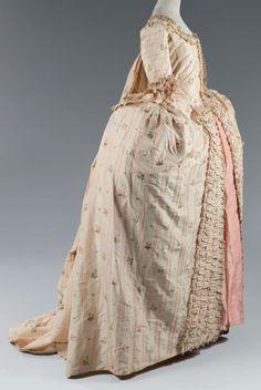 Robe à la française sur grand panier en Pékin façonné, vers 1760. Pékin