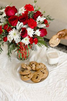 Teleflora's Holiday Shine Bouquet | Cookies for Santa | Christmas Flowers | Cookies and Milk | Holiday Decor | #christmas #flowers