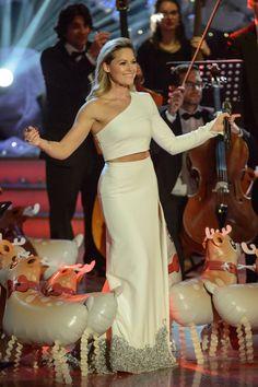 Schon letztes Jahr kündigte Helene Fischer (33) ihre Deutschlandtournee für 2017 an. Nicht nur neue Songs, sondern auch eine spektakuläre Bühnenshow präsentiert der Schlagerstar. Und dann wären da noch die spektakulären Outfits, in denen sich Helene perfekt in Szene setzt. STYLEBOOK hat genauer hingeschaut, was den Style der Musikerin so besonders macht.
