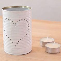 Une lanterne dans une boîte de conserve : tutoriel (Astuce : congeler de l'eau dans la boîte de conserve pour que la boîte ne se déforme pas au moment de planter le clou !)...: