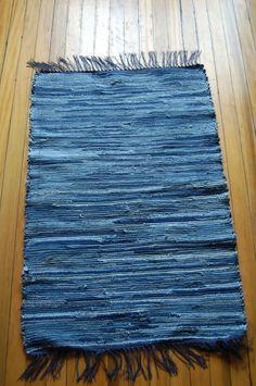 Blue jeans rag rug.  Lindo tapizado para sillas-sillones!