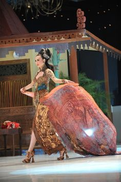 Beautiful Kebaya and Batik from Indonesia Indonesian Kebaya, Indonesian Women, Indonesian Wedding, Batik Kebaya, Kebaya Dress, Batik Dress, Oriental Fashion, Asian Fashion, Modern Kebaya