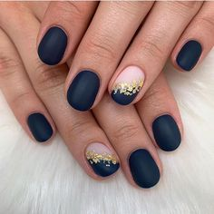 Elegant navy blue nail colors and designs for a Super Elegant Look <br> Whether you're looking for simple or intricate, floral patterns these dark blue nail colors will sure make you look super elegant look. Dark Blue Nails, Blue Matte Nails, Navy Nails, Blue Glitter Nails, Rose Gold Nails, Navy Nail Art, Dark Color Nails, Plum Nails, Matte Nail Art