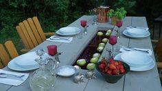 Man kan även fylla Martins träbord med vatten och dekorera med flytande föremål, i det här fallet äpplen med värmeljus i. Äntligen Hemma