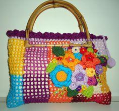 Bolsa de crochet, com flores e bordada com miçangas. Trabalhada co linha de algodão. Forrada com tecido de algodão, aro de bambum, fecho de zipper. R$65,00