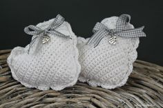 Juf Leej: Brocante hartjes Crochet Baby Toys, Baby Blanket Crochet, Diy Crochet, Crochet Embellishments, Knitted Heart, Crochet Wedding, Christmas Crochet Patterns, Crochet For Beginners, Knitting