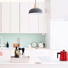 Keittiö saa uuden ilmeen välitilan maalauksella. #kotijakeittiö #keittiö #kitchen #sisustusvinkki #homedecor