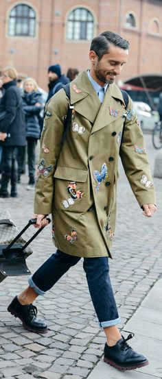 Pitti uomo/ travel bag/ trench coat/ military style/ tire thread shoe/long coat/ overcoat/ woven coat/ rolled up denim/ sockless/ menswear/ men's fashion/ street style Mens Fashion Blog, Fashion Moda, Style Fashion, Men Street, Street Wear, Paris Street, Wild Style, My Style, Style Blog