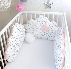 Un tour de lit en forme de nuages indépendants qui s'attachent au lit, blanc, rose poudré tendre et gris   3 nuages 60cm large x 33cm haut environ,  face en tissu piqué de co - 20808459