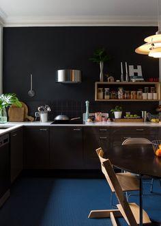 [ Une cuisine noire sur mur noir ] Jane and Jeremy Contemporary London Flat White Kitchen Cabinets, Kitchen Cabinet Design, Painting Kitchen Cabinets, Kitchen Paint, New Kitchen, Kitchen Dining, Black Cabinets, Kitchen Walls, Timber Kitchen