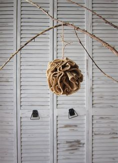 How to make a ruffled burlap Christmas ornament - it's SO easy!